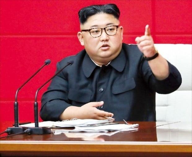 """김정은 북한 국무위원장이 노동당 전원회의에서 발언하고 있다. 김정은은 """"제재로 굴복시킬 수 있다고 오판하는 적대세력에 타격을 줘야 한다""""고 말했다. /연합뉴스"""