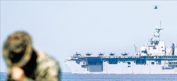 전투기 탑재 美군함 남중국해서 첫 훈련