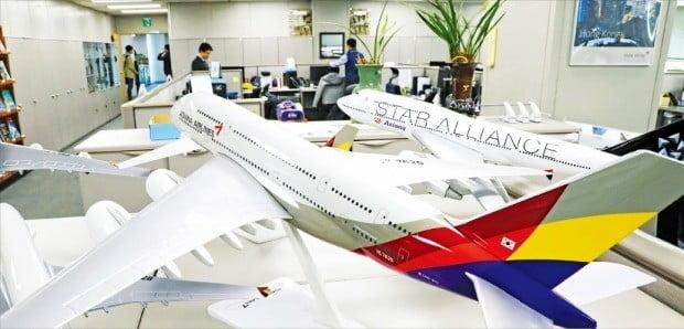 """산업은행을 포함한 채권단은 11일 금호아시아나그룹의 아시아나항공 자구계획에 대해 """"실질적인 대책이 빠져 있다""""며 사실상 거부의사를 밝혔다. 서울 오쇠동 아시아나항공 본사에서 직원들이 업무를 보고 있다.  /한경DB"""
