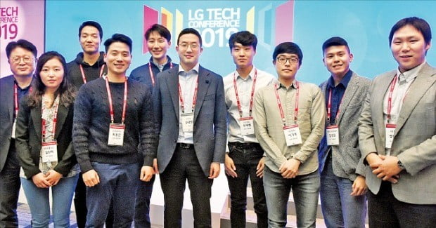 구광모 LG그룹 회장(앞줄 왼쪽 세 번째)이 지난 6일 미국 샌프란시스코에서 열린 'LG 테크 콘퍼런스'에 참석해 미주지역에서 유학 중인 석박사 과정 연구개발(R&D) 인재들과 만났다.  /LG 제공