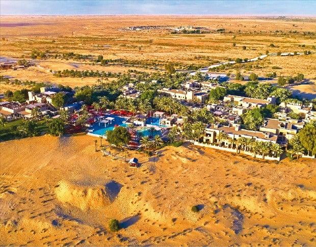 두바이 여행의 최고 경험으로 꼽히는 사막에서의 하루를 즐길 수 있는 밤알샴스 데저트 리조트 앤드 스파.