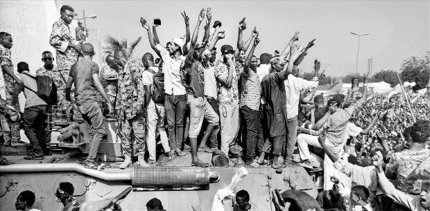 30년 독재 끝나자 또 군정…수단의 눈물