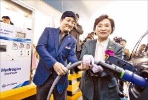 김현미 국토교통부 장관(오른쪽)이 안성휴게소 수소충전소 개소식에서 수소차 충전 시연을 하고 있다.  /국토교통부 제공