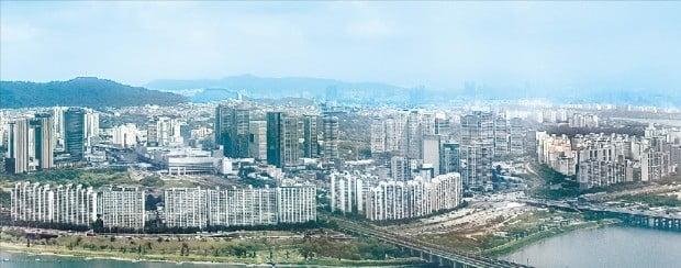 서울 아파트 가격이 지속적으로 하락하는 가운데 용산, 서초 등 일부 지역에서 최고가를 경신한 아파트 단지들이 나오고 있다.  /한경DB