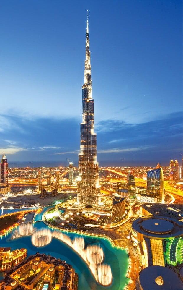 미래 도시 두바이의 상징인 높이 829.84m의 부르즈 칼리파와 두바이의 야경.
