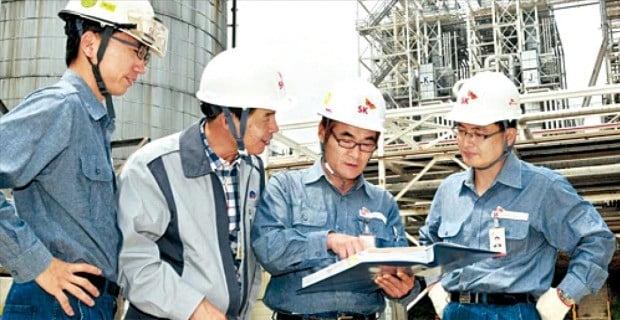 SK이노베이션과 협력사 직원들이 SK울산석유화학복합단지(CLX)에서 함께 업무를 논의하고 있다.  SK이노베이션 제공