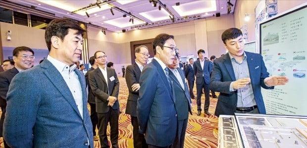 지난달 28일 서울 양재동 더케이호텔에서 열린 삼성전자 '2019 상생협력데이'에서 TV 협력업체인 인지디스플레이의 조승민 이사(맨 오른쪽)가 삼성전자 경영진에게 스마트공장 전략을 설명하고 있다. 삼성전자 제공