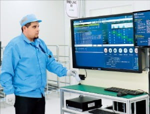 멕시코공장의 한 근로자가 출근 카드를 찍은 뒤 업무를 배정받고 있다.  /LS오토모티브 제공