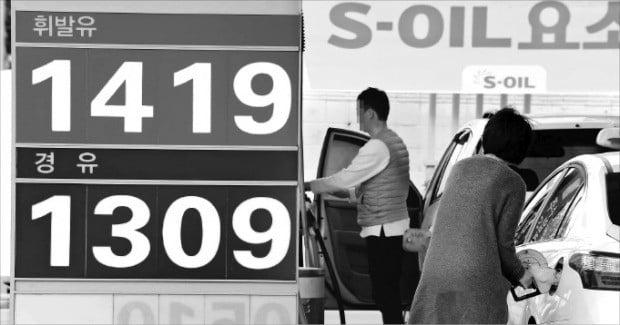 전국 휘발유 및 경유 가격이 가파르게 뛰고 있다. 휘발유값이 L당 1419원이라고 적힌 서울 시내의 한 셀프주유소에서 소비자들이 주유하고 있다.  /김영우 기자 youngwoo@hankyung.com