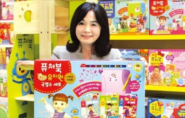 배영숙 토이트론 대표가 책 읽는 습관을 길러주는 '퓨처북 콩순이 유치원 국영수 세트'에 대해 설명하고 있다.  /김정은 기자