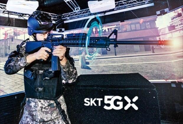 육사생도가 15일 SK텔레콤 5G(5세대) 기술을 적용한 '스마트 육군사관학교'의 가상현실(VR) 사격훈련을 시연하고 있다.   /SK텔레콤  제공