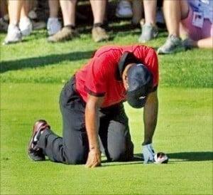 타이거 우즈가 2014년 PGA 투어 챔피언십에서 허리통증으로 괴로워하고 있다.  /한경DB