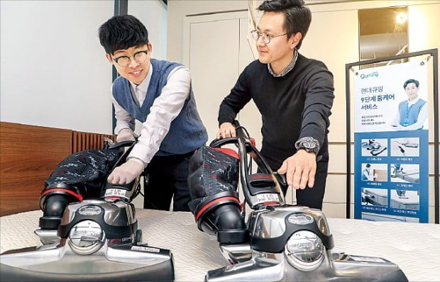 현대렌탈케어의 매트리스 관리 전문가인 큐밍 닥터가 매트리스를 청소하고 있다.  /현대렌탈케어 제공
