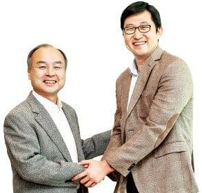 손정의 소프트뱅크 회장(왼쪽)과 김범석 쿠팡 대표.
