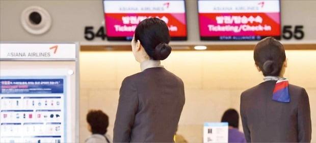 금호아시아나그룹이 아시아나항공 매각을 발표한 15일 서울 김포공항 국내선 청사에서 아시아나항공 직원들이 생각에 잠겨 있다.  /김범준  기자 bjk07@hankyung.com