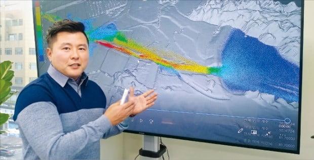 김진현 이에이트 대표가 폭우가 내린 한 저수지에서 물의 흐름을 추적한 시뮬레이션 결과에 대해 설명하고 있다.