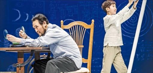 오는 28일까지 서울 명동예술극장에서 공연하는 연극 '갈릴레이의 생애'.