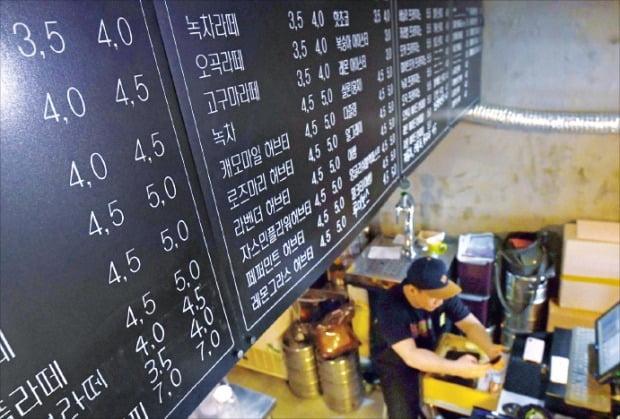 < 커피 한잔에 3.5원? > 리디노미네이션 논의와 무관하게 시장에서는 이미 1000원을 1원으로 줄여 표기하는 곳이 적지 않다. 서울 중림동의 한 카페는 커피 가격으로 3500원 대신 3.5로 표기하고 있다.  /김범준 기자 bjk07@hankyung.com