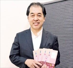 야쓰이 류타로 플랜넷 대표가 일본 오사카 본사에서 대구·경북 관광명소 등을 소개한 여행 안내책자를 소개하고 있다.  /플랜넷 제공