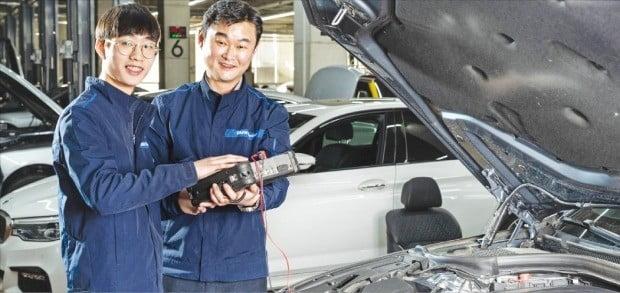 '아우스빌둥' 1기생으로 BMW그룹코리아 바바리안모터스 일산 서비스센터에서 근무 중인 이윤성 씨(왼쪽)가 17일 멘토인 이현수 트레이너로부터 정비교육을 받고 있다.  /BMW코리아 제공