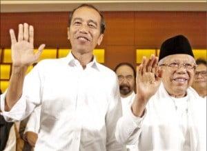 17일 치러진 대선에서 재선 가능성이 높다는 소식을 접한 조코위 인도네시아 대통령(왼쪽)이 지지자들에게 손을 흔들고 있다.  /AP연합뉴스