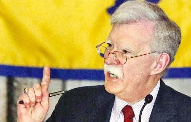 존 볼턴 미국 백악관 국가안보보좌관이 17일(현지시간) 플로리다주 마이애미에서 열린 피그스만 침공 참전용사협회에서 연설하고 있다.   /AP연합뉴스