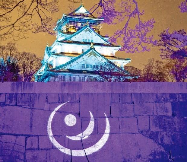 오사카성의 외벽을 스크린처럼 만드는 빛과 음악의 향연 '사쿠야 루미나'.