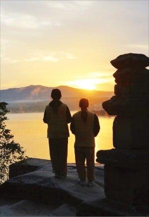 남한강이 내려다 보이는 경기 여주의 신륵사.