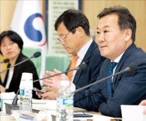 19일 공직인사혁신위원회 회의에서 황서종 인사혁신처장(오른쪽)이 인사말을 하고 있다. /연합뉴스