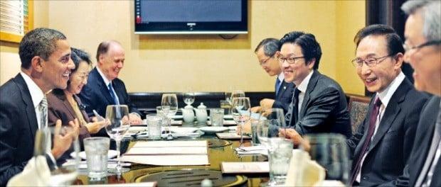 2011년 10월 미국을 국빈 방문한 이명박 대통령과 버락 오바마 미국 대통령의 만찬 자리에서 통역하고 있는 김일범 외교부 북미국 북미2과장(원 안).  /한경DB