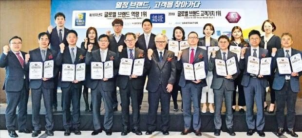 2019년 글로벌 브랜드 역량 및 고객가치 1위 기업에 대한 인증식이 지난 16일 서울 63컨벤션센터에서 열렸다. 후지이 타츠오 일본능률협회컨설팅한국법인 사장(앞줄 오른쪽 다섯 번째)을 비롯해 인증 기업 대표자와 임직원이 참석한 가운데 열렸다. 글로벌경영협회 제공