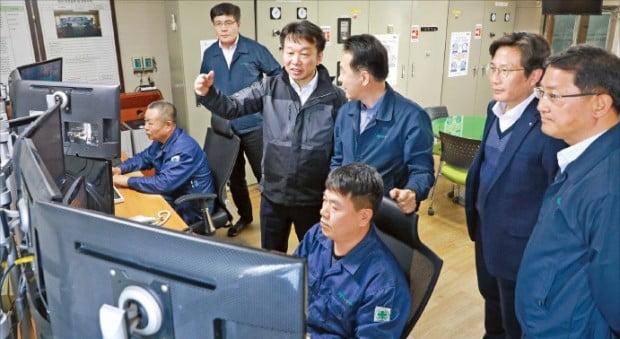 정무경 조달청장(왼쪽 세 번째)이 지난달 경기 부천의 레미콘 제조사인 부국레미콘을 찾아 직원들과 대화하고 있다.  조달청 제공