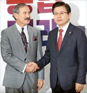 황교안 자유한국당 대표(오른쪽)가 22일 서울 여의도 국회를 방문한 해리 해리스 주한 미국대사와 만나 악수하고 있다.  /연합뉴스