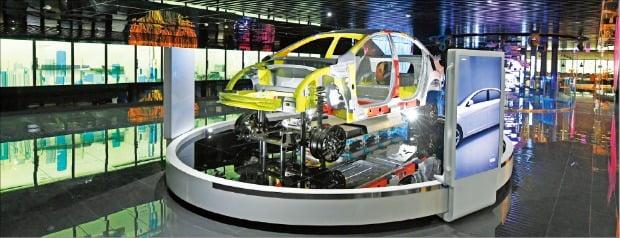포스코가 지난해 창립 50주년을 맞아 개관한 '스틸갤러리' 2층에 전시된 다양한 기가스틸이 접목된 전기차 차체의 모습.