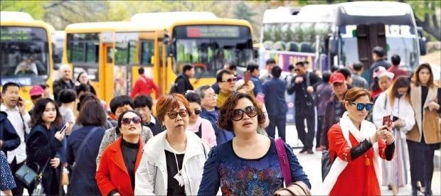 < 돌아온 중국인 > 24일 N서울타워에서 중국과 대만 등에서 온 관광객들이 사진을 찍으며 산책하고 있다.  /김범준 기자 bjk07@hankyung.com