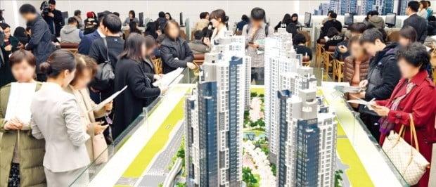 서울 강남권 분양단지들이 인근 시세와 비슷한 3.3㎡당 4500만원 이상의 분양가격을 올해 처음 책정했다. 지난해 서초구에서 분양한 한 아파트 모델하우스를 예비청약자들이 둘러보고 있다.  /한경DB