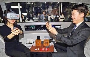 '월드IT쇼 2019' 관람객들이 25일 KT 전시관에서 자율주행자동차 '위더스'에 탑승해 5세대(5G) 이동통신으로 연결된 가상현실(VR) 기기를 체험하고 있다.  /KT 제공