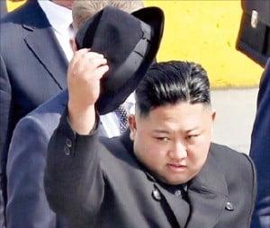 김정은 국무위원장이 26일 러시아 블라디보스토크역에서 열린 환송행사에서 의장대 사열에 앞서 중절모를 벗고 있다.  /연합뉴스