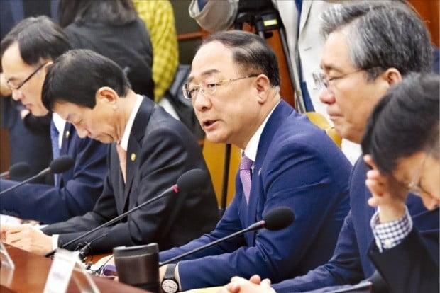 홍남기 부총리 겸 기획재정부 장관(왼쪽 세 번째)이 지난 25일 정부서울청사에서 열린 긴급 경제장관회의에서 발언하고 있다.  /김영우  기자  youngwoo@hankyung.com
