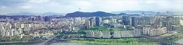 올해 서울의 공동주택 공시가격이 12년 만에 최대 폭으로 오르면서 아파트 등 공동주택 소유자들의 보유세 부담이 커질 전망이다. 한경DB