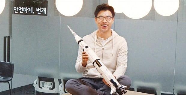 장원귀 번개장터 대표가 빠른 서비스를 의미하는 로켓을 들고 환하게 웃고 있다.  /김정은 기자