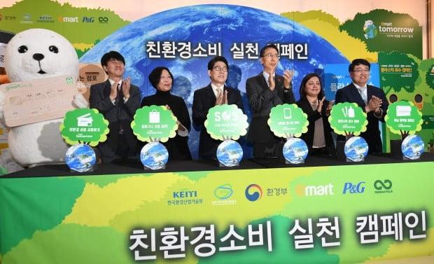 오른쪽 부터 에릭 카와바타 테라사이클 아시아태평양지역 대표, 발라카 니야지 P&G대표, 이갑수 이마트 대표, 조명래 환경부 장관, 이은희  한국기후환경변화네트워크 상임대표, 남광희 한국산업환경기술원장 등이 지구에 나무를 심는 퍼포먼스를 벌이고 있다.  신경훈 기자 khshin@hankyung.com