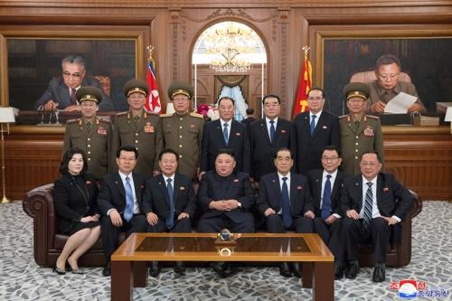 '가족사진' 같은 北 국무위 단체사진…김영철 중앙배치 눈길