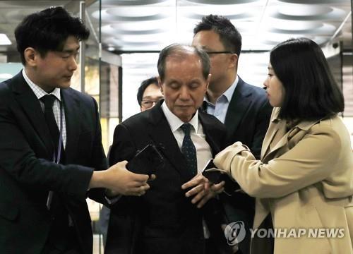 '가습기살균제 제조' SK케미칼 前대표 영장심사…묵묵부답