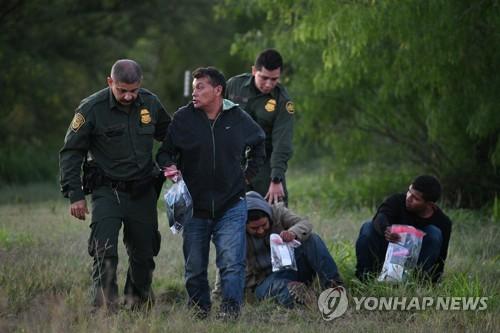 트럼프의 反이민 백약이 무효?…지난달 월경 기도 10만명 넘어