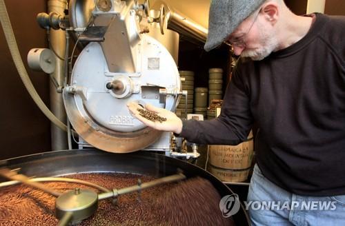 """스위스 """"커피는 생존 필수품 아냐""""…원두 비축의무 폐지 방침"""