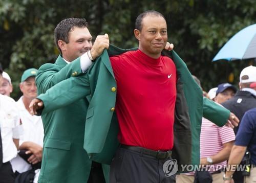 '그린 재킷엔 역시 빨간 셔츠'…우즈 메이저 15승 하이라이트는?