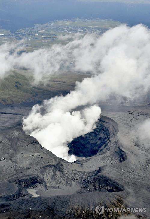 日 규슈 활화산 아소산 분화…연기 200m까지 치솟아