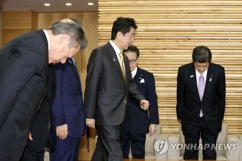 日아베 정권 고위관료 망언 릴레이…사임 도미노에 '위기' 고조