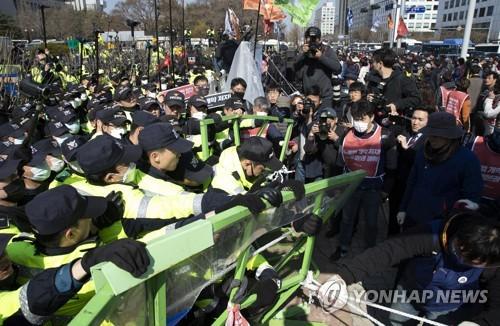 '집회 불법행위' 민주노총 시위자들, 경찰 출석요구에 전원 불응